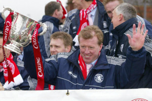 Middlesbrough manager Steve McClaren with the Carling Cup, as the team ride an open top bus during the victory parade in Middlesbrough. Middlesbrough defeated Bolton Wanderers 2-1 in the final of the Carling Cup last week in Cardiff.   THIS PICTURE CAN ON